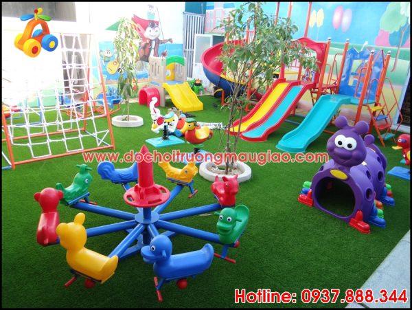 Cầu trượt và nhiều món đồ chơi với đủ màu sắc của cty Vân Anh