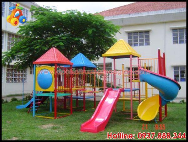 Cầu trượt nhiều màu sắc dành cho trẻ em chơi tại trường mầm non