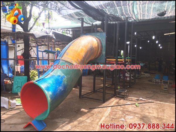 Cầu trượt ống sản xuất tại cơ sở đồ chơi mầm non Vân Anh