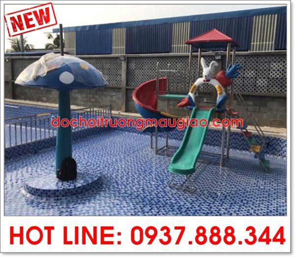 Cầu trượt và nấm xanh trang trí cho bể bơi đẹp và bắt mắt