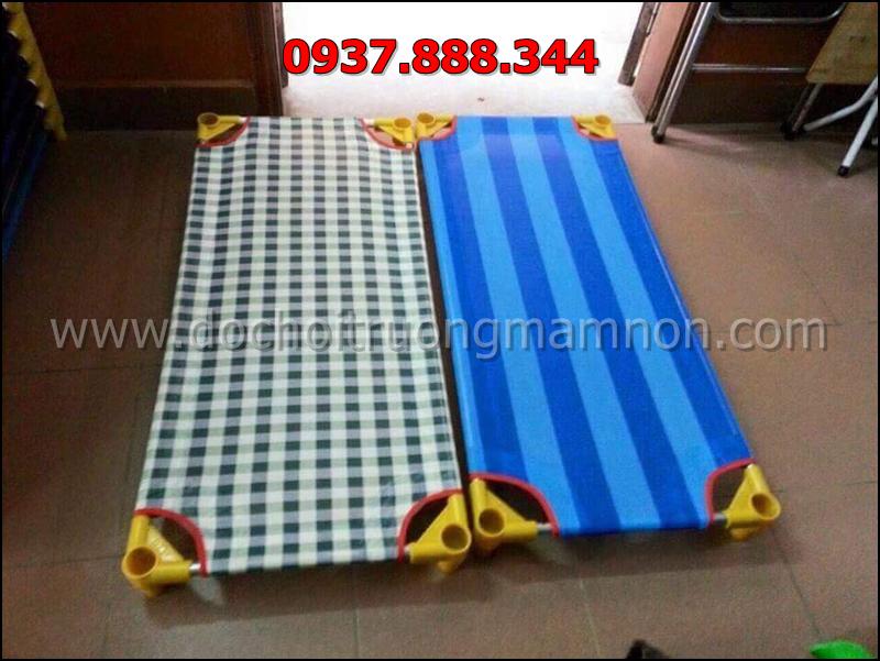 Khung giường inox với bốn góc nhựa