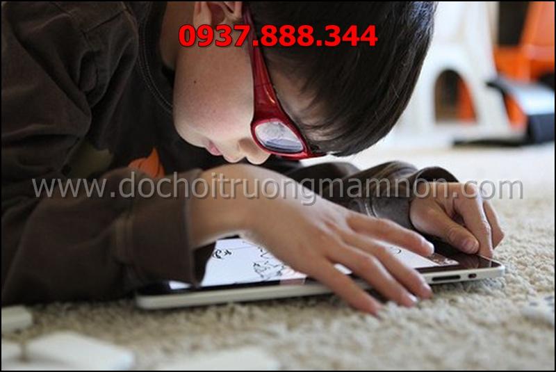 trẻ sử dụng điện thoại thường xuyên